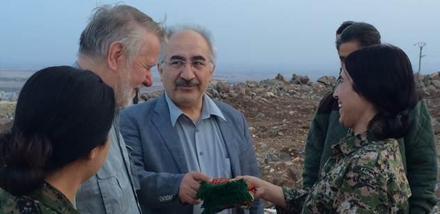 Kurdský aktivista Yekta Uzunoglu v Kurdistánu s europoslancem Jaromírem Štětinou