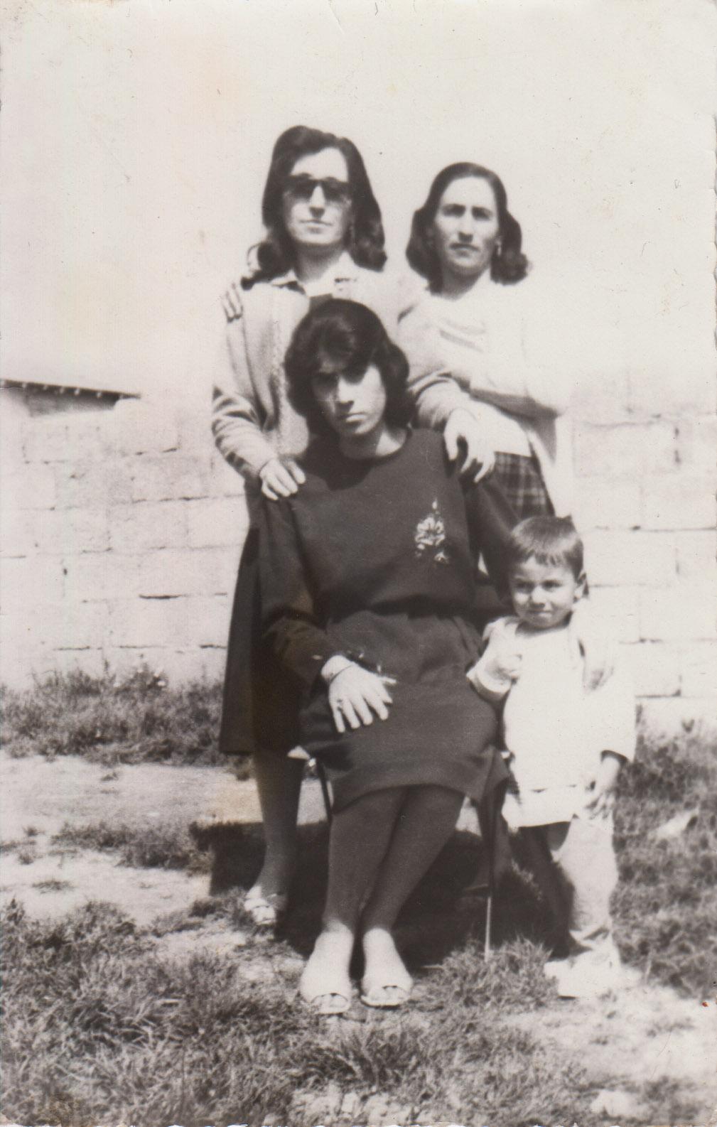 Moje matka Zilhan ( s brýlemi) se svými kamarádkami (1968) - Dayika mine rehmeti Zilhan ( bi berçavk) bi hevalan xwe re