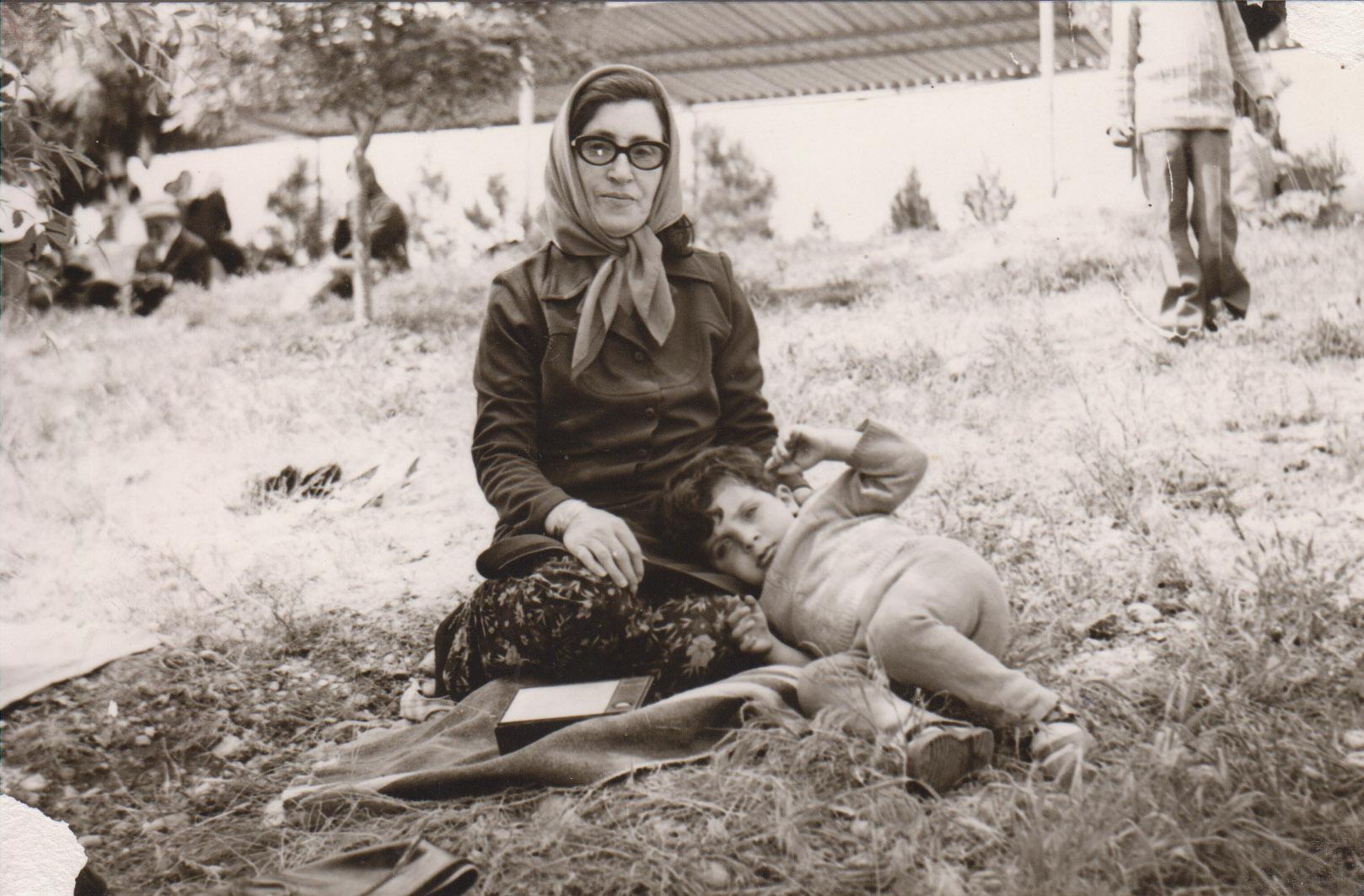 Moje matka Zilhan Uzunoglu se svým vnukem Brusk Uzunoğlu - Dayika mine rehmeti Zilhan Uzunoğlu bi neviye xwe Brusk Uzunoğlu re